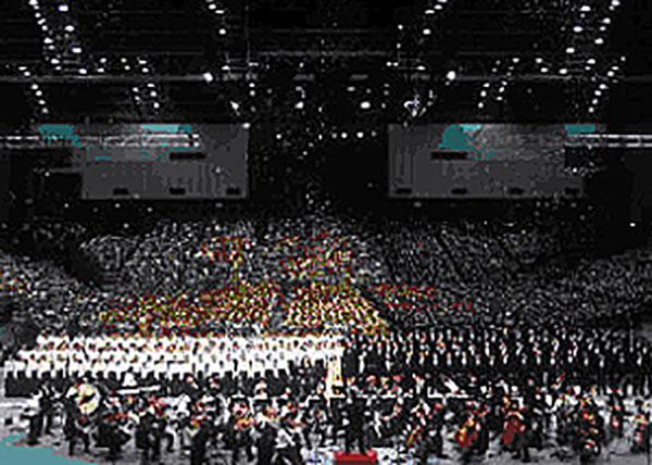 マリンメッセ福岡と九州116会場を衛星中継し行った10万人の第九…。すべての人々が「歓喜の歌」で結ばれた。(2001年12月、マリンメッセ福岡)