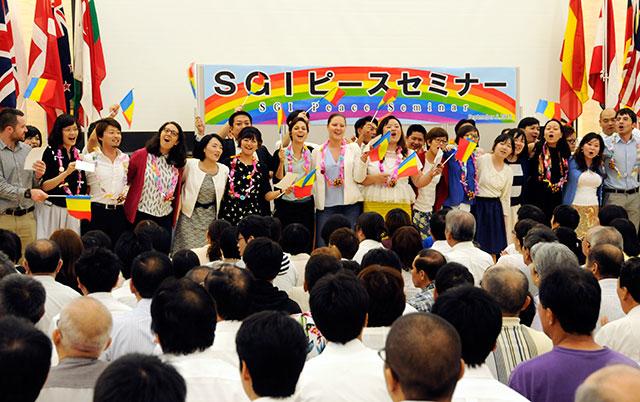 長崎平和会館を訪れたSGIメンバーを、九州の同志が歓迎。音楽隊による演奏も