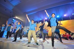福岡・博多・筑紫総県の創価班・牙城会大学校生が、躍動のダンスを披露。広布拡大に挑み抜いた喜びがはじけた