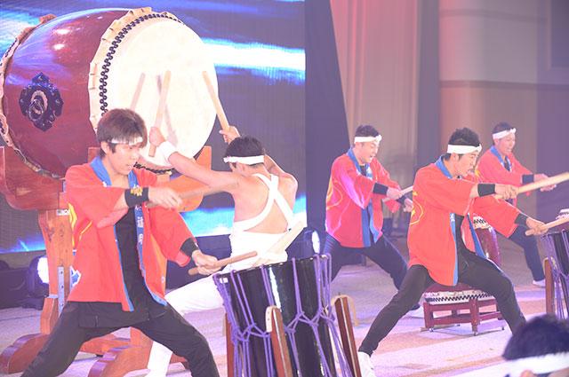 気迫みなぎる創価福岡先駆太鼓団の演奏。幹部会の開幕を告げる勇壮な音律が、集った友の魂を揺さぶる
