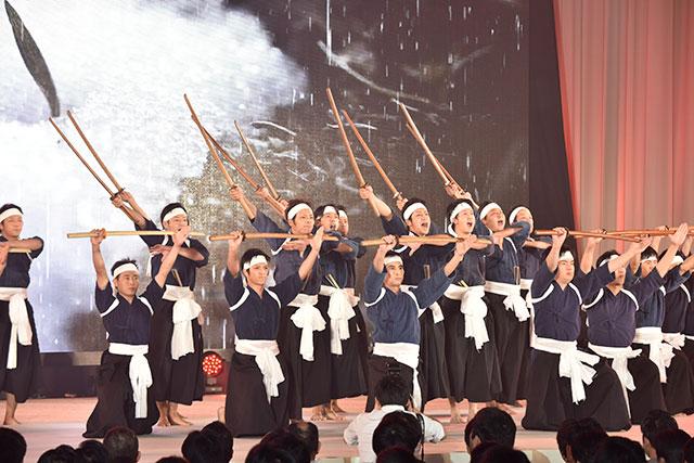 「ヤー!!」。熊本総県の有志による剣舞。かつて火の国の友が、池田名誉会長と歌った「田原坂」の曲に合わせて