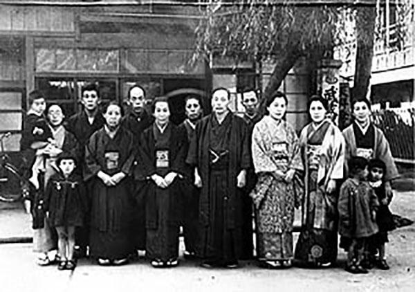 武蔵屋旅館の前で九州の友と記念の写真に納まる牧口初代会長(写真中央) (1941年11月)