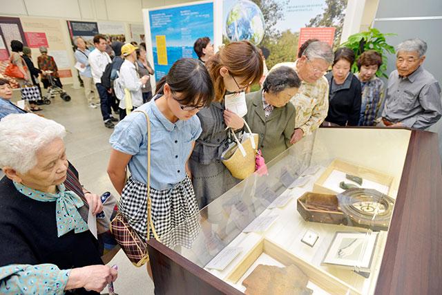 好評を博している「核兵器なき世界への連帯」展(西日本総合展示場で)