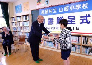 九州創価学会 熊本県西原村の小学校に図書贈呈